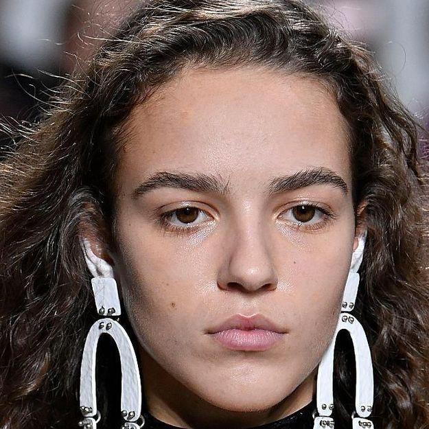 Le maquillage d'oreille, tendance jusqu'au bout des lobes