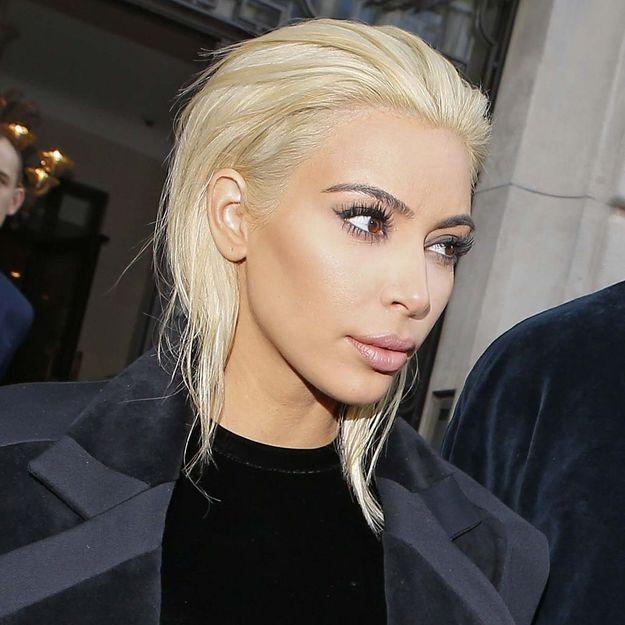 On n'en revient pas : Kim Kardashian est devenue blond platine !