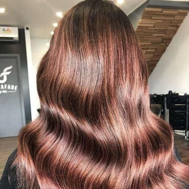 Le Rose Brown : la nouvelle coloration rose pour les brunes