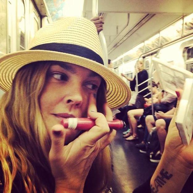 A-t-on le droit de se maquiller dans le métro ?