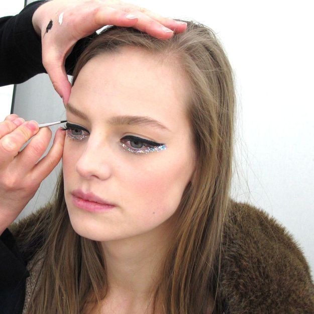 Comment adopter le maquillage hologramme de Chanel Haute Couture