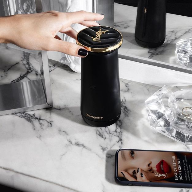 Yves Saint Laurent présente un gadget révolutionnaire pour créer son rouge à lèvres maison