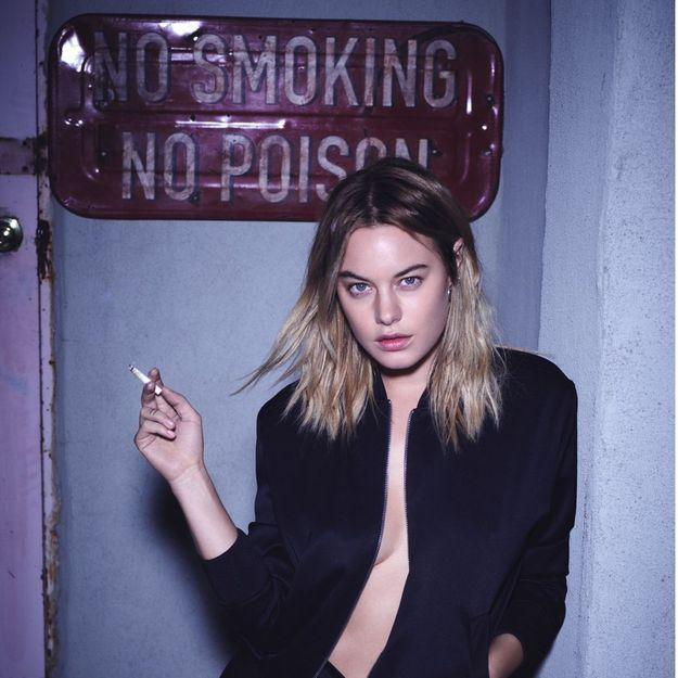 Cool et sexy, Camille Rowe ensorcelle en Poison Girl