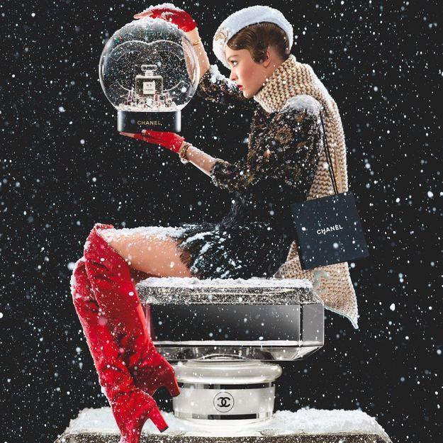 Lily-Rose Depp célèbre Noël dans la nouvelle campagne Chanel signée Jean-Paul Goude
