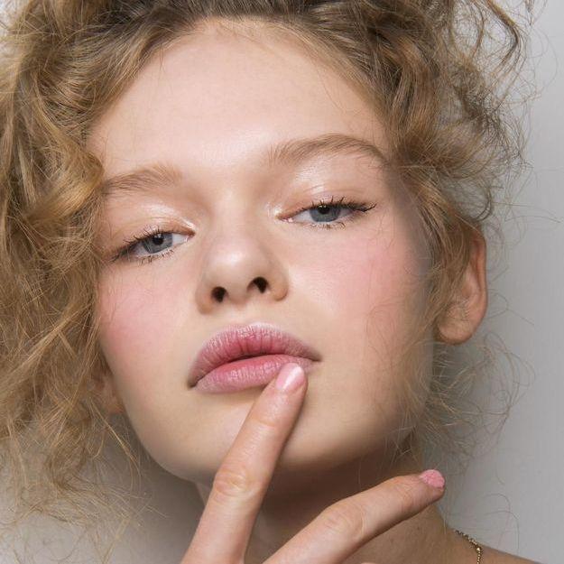 Le gommage pour les lèvres, meilleur ami des lèvres gercées