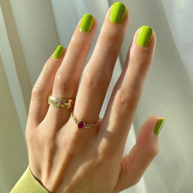 Ces couleurs de vernis à ongles sublimeront votre bronzage