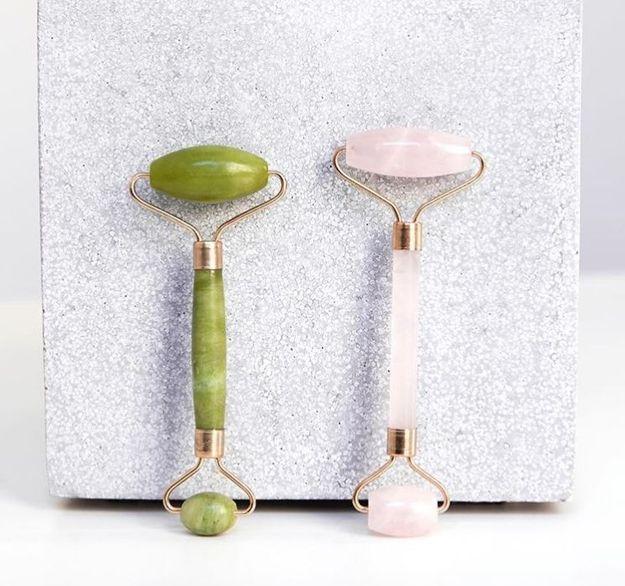 Le rouleau de jade, l'outil miracle pour une peau au top ?