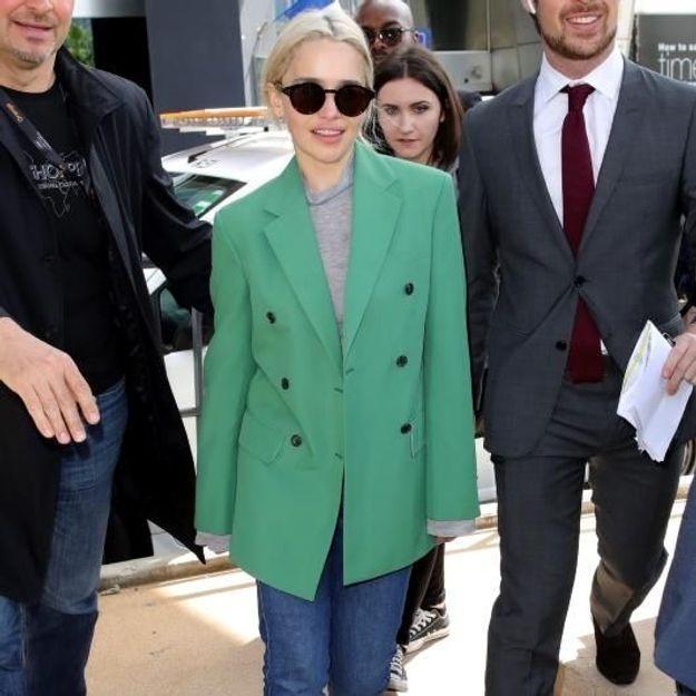Emilia Clarke fait une apparition remarquée à l'aéroport de Nice