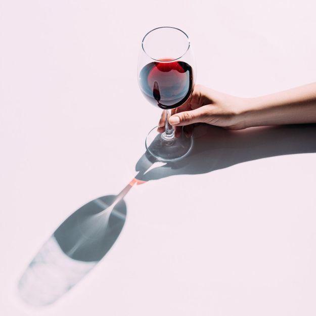 Voici la meilleure manière de tenir un verre de vin