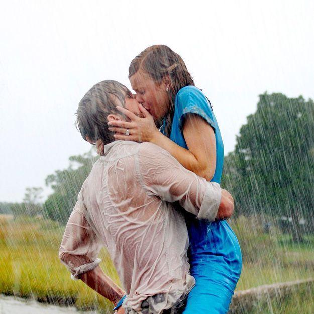 Comme Ryan Gosling, il embrasse des inconnues sous la pluie