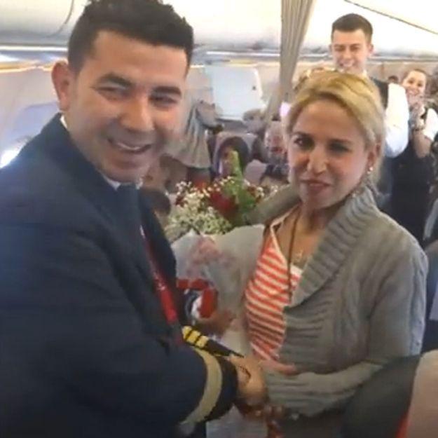 La vidéo de sa demande en mariage en avion fait le buzz