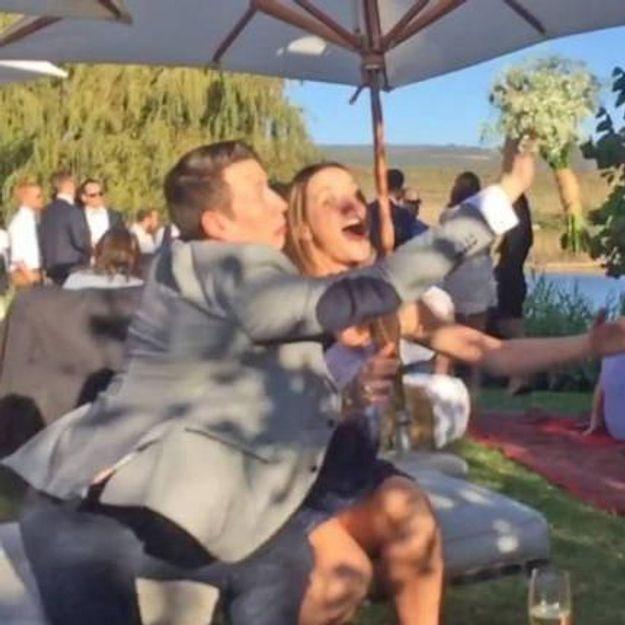 #PrêtàLiker : il empêche sa petite amie d'attraper le bouquet de la mariée