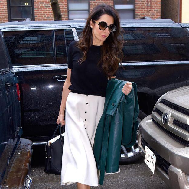 Amal Clooney fait sensation dans les rues de New York avec un look printanier