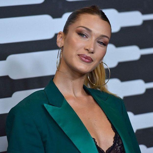 Bella Hadid : on copie sa façon sexy de porter le cardigan