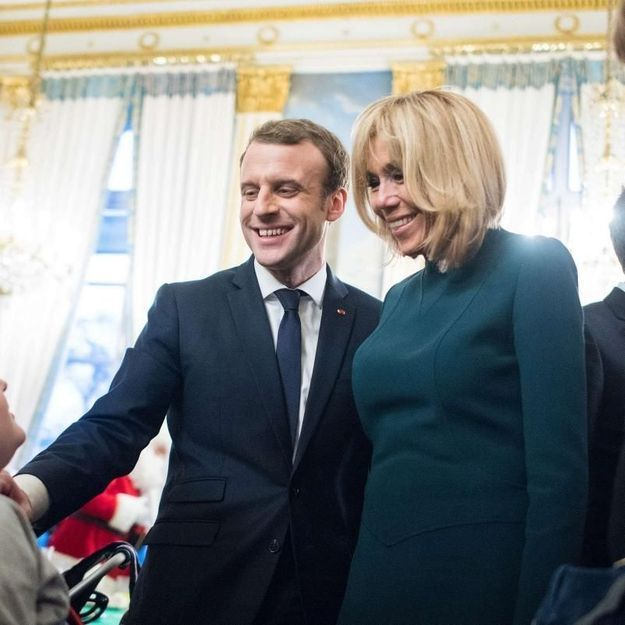 Brigitte Macron, pile dans la tendance avec sa robe vert sapin