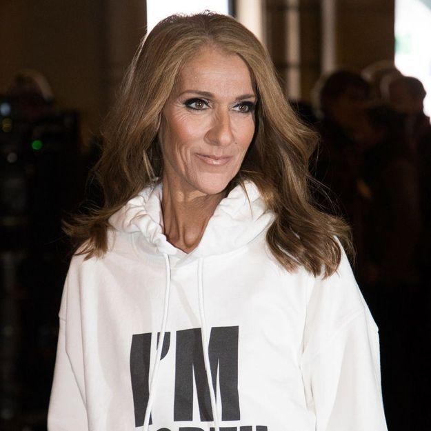 Céline Dion prend la pose dans sa baignoire dans un look ultra-pointu