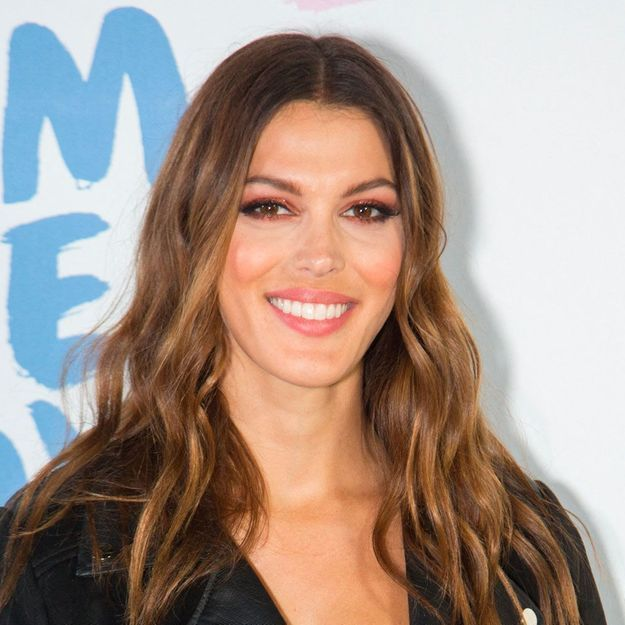 Iris Mittenaere : on valide son total look sequins pour les fêtes