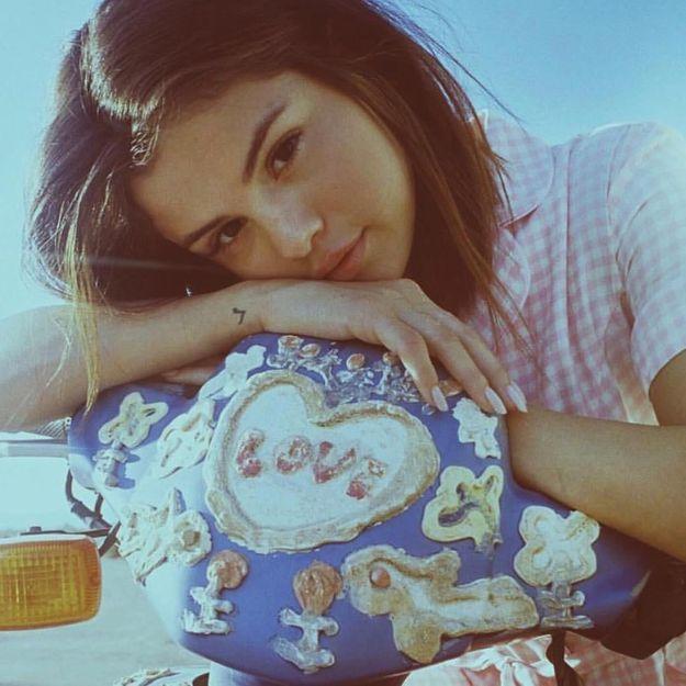 On valide le look nineties de Selena Gomez