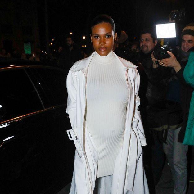 Tina Kunakey enceinte et sublime en robe moulante à la Fashion Week