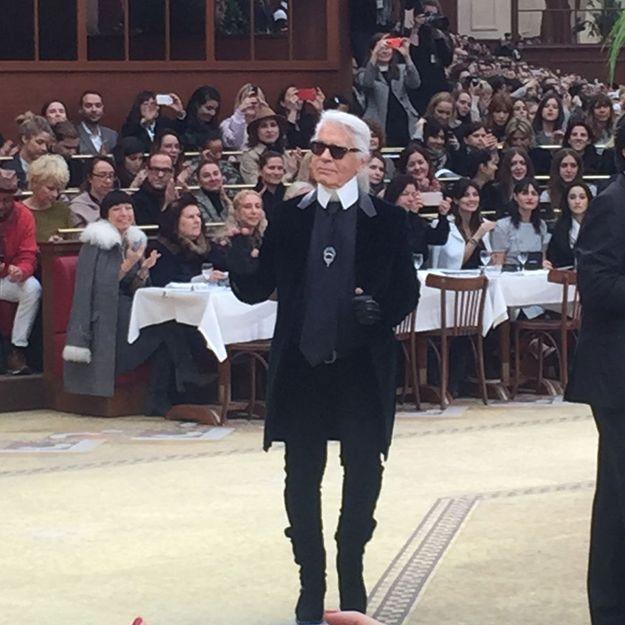 L'instant mode du jour : Baptiste Giabiconi et Cara Delevingne s'embrassent au défilé Chanel