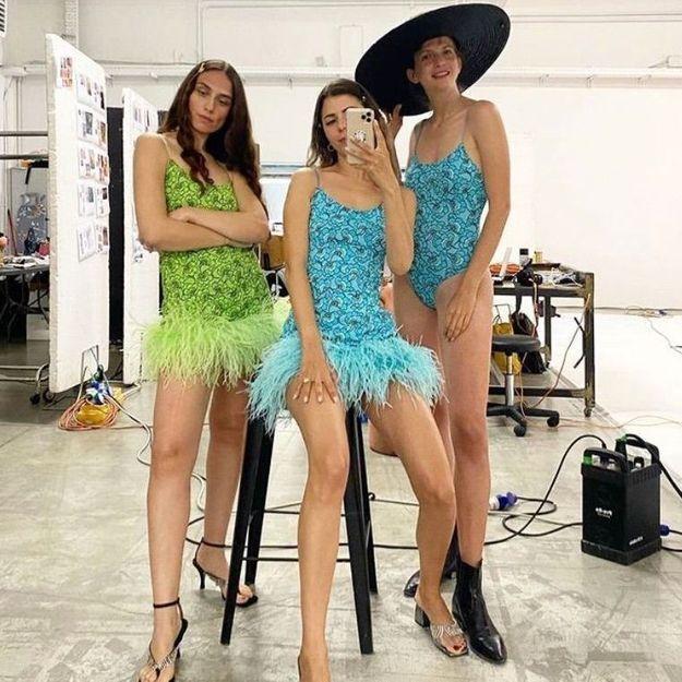 #ELLEFashionCrush : La robe colorée à plumes de Leslie Amon Swim est celle qu'on veut pour aller danser