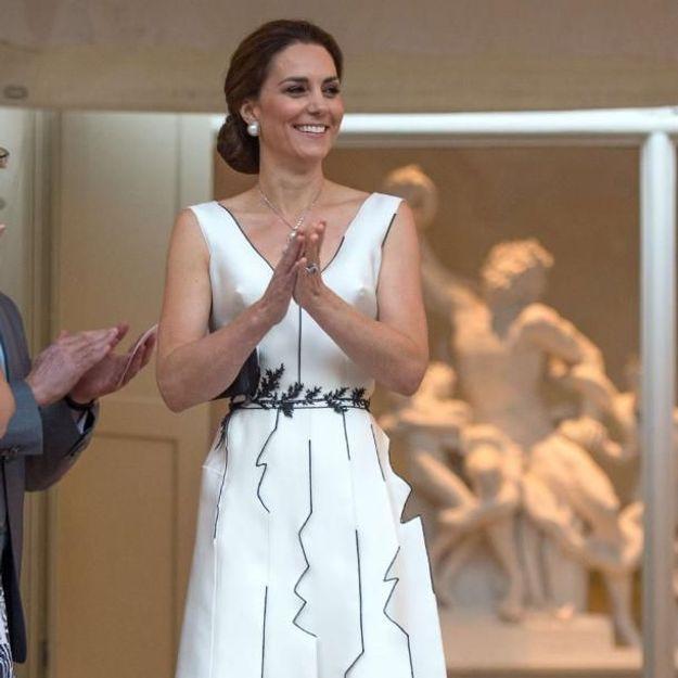 Le message délicat derrière la robe blanche portée par Kate Middleton en Pologne