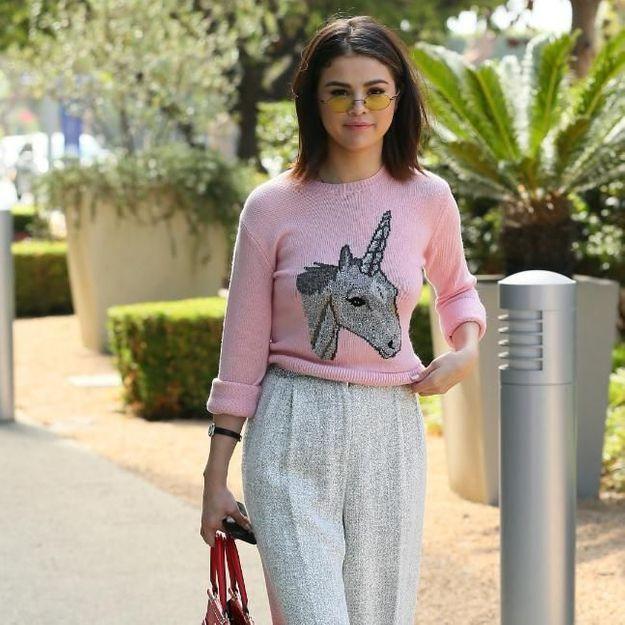 Vous pourrez bientôt vous offrir le pull licorne porté par Selena Gomez