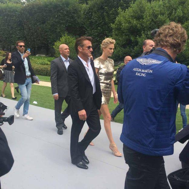 Défilé Dior Couture : Charlize Theron, sexy et amoureuse avec Sean Penn