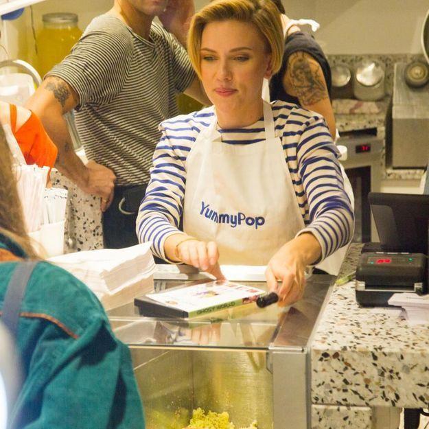 Les incroyables photos de Scarlett Johansson vendeuse de pop-corn à Paris, et ce n'est pas du cinéma !