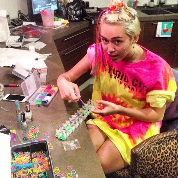 Miley Cyrus est accro aux Rainbow Loom