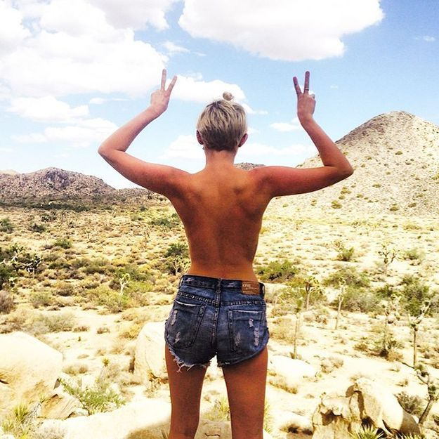 Topless, Miley Cyrus fait face au désert