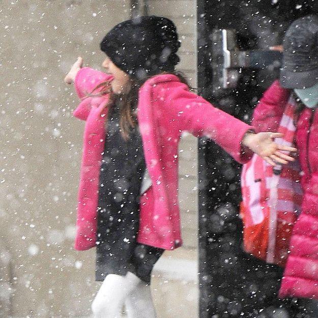 Suri Cruise, une enfant heureuse qui s'éclate sous la neige à New York