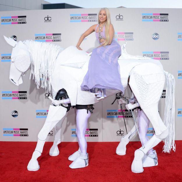 Le look du jour: Lady Gaga à cheval aux American Music Awards