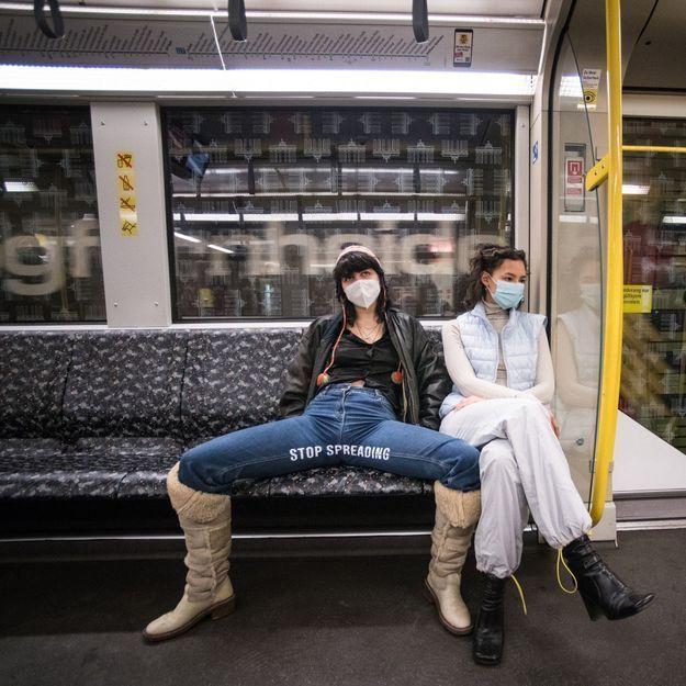 À Berlin, des militantes sensibilisent au « manspreading » dans le métro