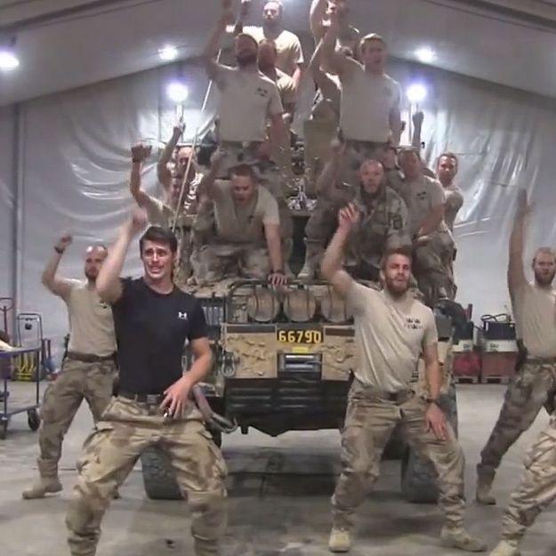 Buzz: des militaires rejouent la scène culte de «Grease»