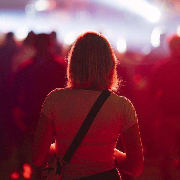 Harcelée pendant un concert, le guitariste vient à son secours