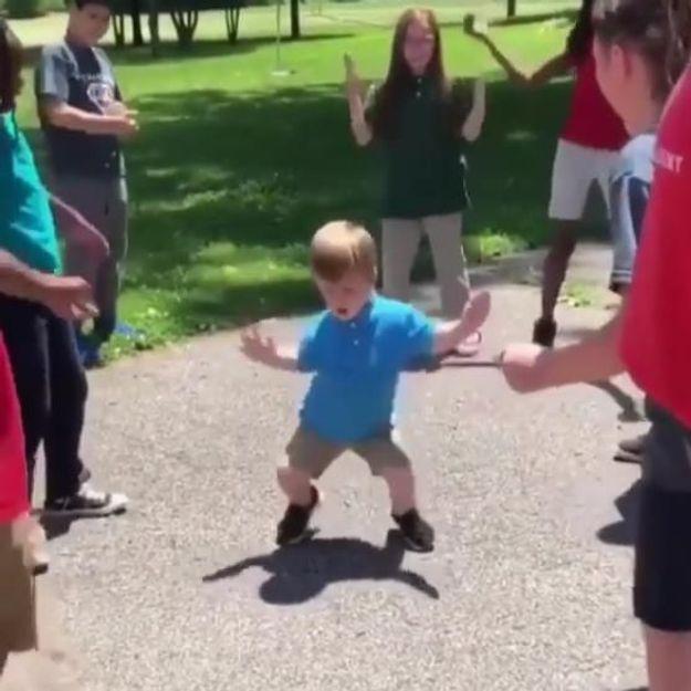L'incroyable chorégraphie de cet enfant va vous donner envie de danser
