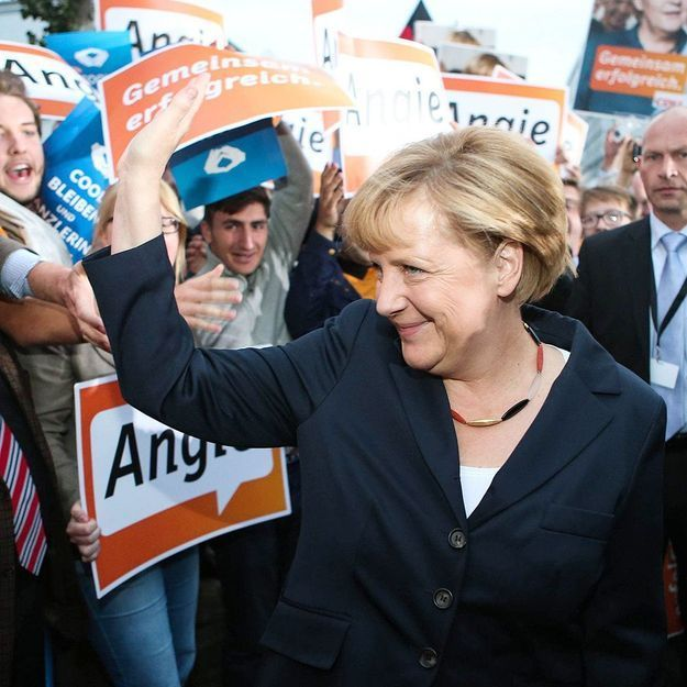 Le collier patriotique d'Angela Merkel fait le buzz