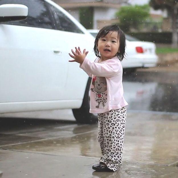 Séquence émotion : un bébé découvre la pluie pour la 1re fois
