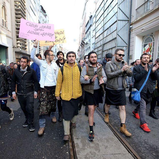 Turquie : Ils manifestent en jupe pour dénoncer les violences faites aux femmes