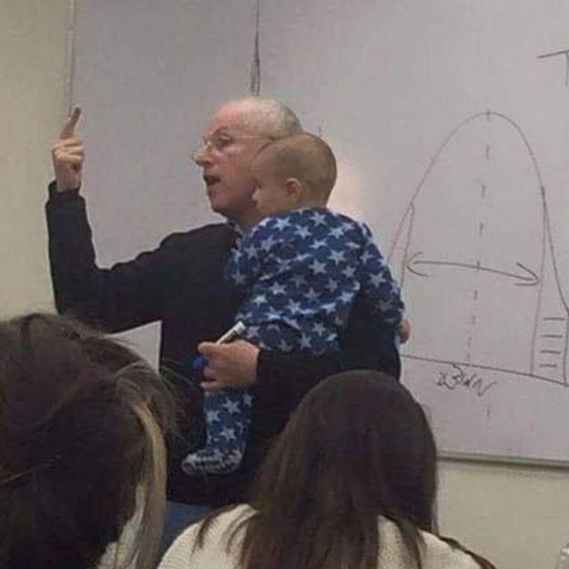 Un bébé dans les bras d'un prof : la photo qui fait le tour du Web