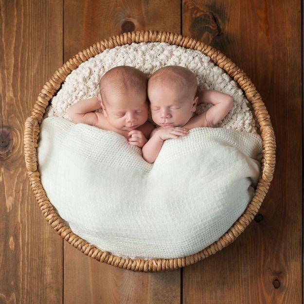 Une Anglaise a accouché de jumeaux conçus à trois semaines d'écart