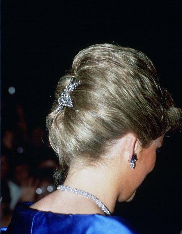 Diana et ses bijoux de tête : la broche strassée