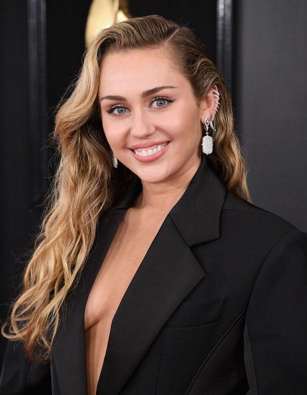 Miley Cyrus fait renaître le maquillage disco dans son dernier clip « Midnight Sky »