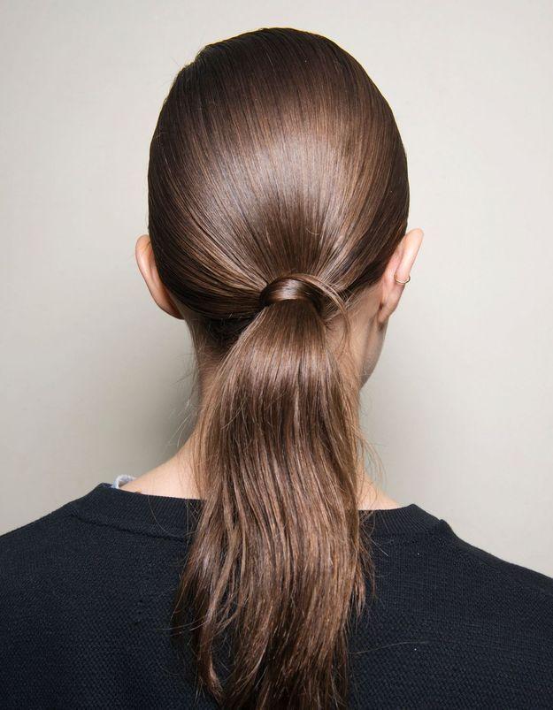 Comment le shampoing bleu aide-t-il les cheveux bruns ?