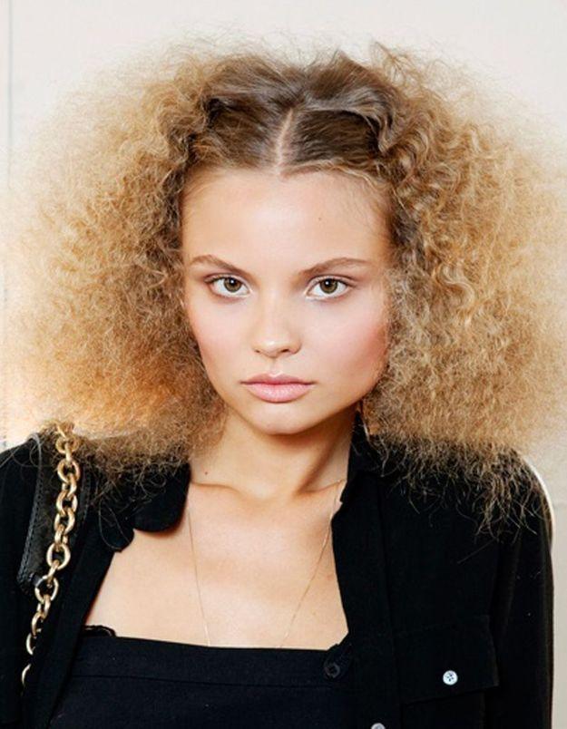 coiffure cheveux fris s fins cheveux fris s nos plus jolies id es pour les coiffer elle. Black Bedroom Furniture Sets. Home Design Ideas