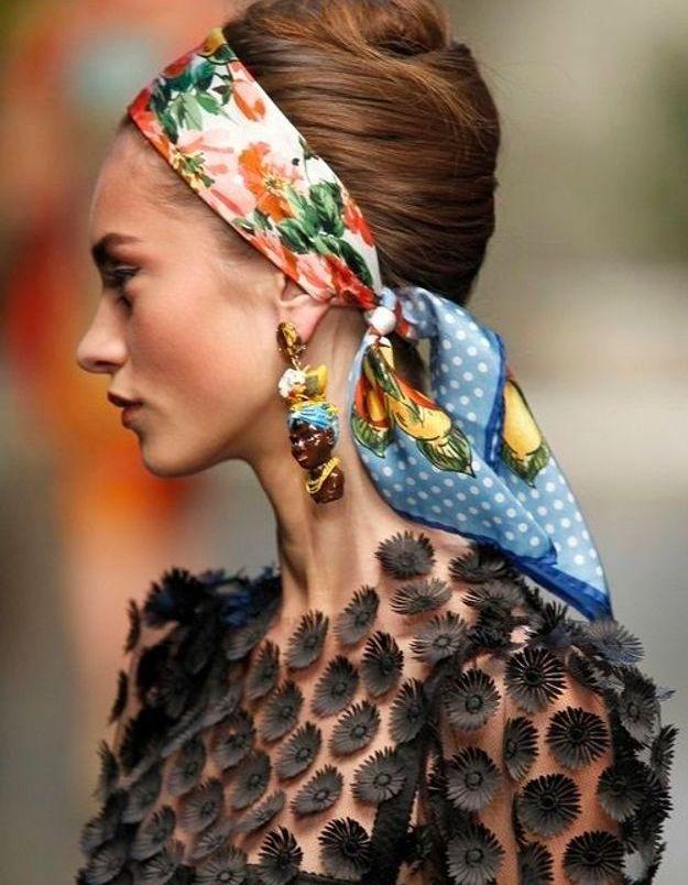 Coiffure avec foulard années 50