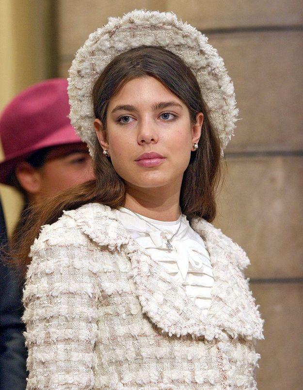 La coiffure avec chapeau de Charlotte Casiraghi