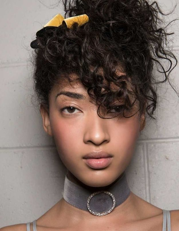 Le noeud en velours dans les cheveux