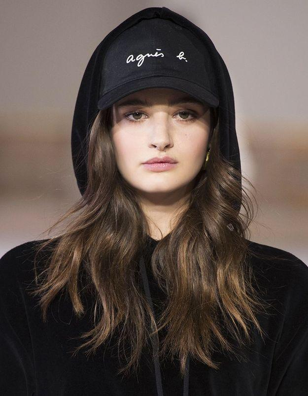 Coiffure de rentrée street avec casquette et capuche